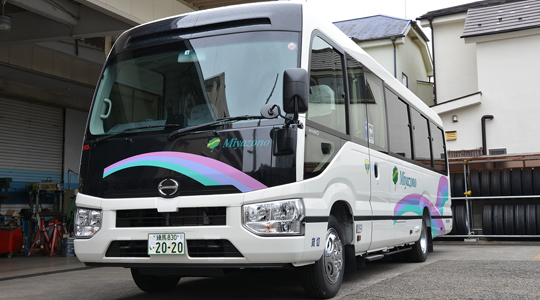 「宮園グループ」は、福祉輸送サービスのパイオニアとして多くの皆様にご利用いただいております。車椅子の方でも旅行やバス送迎をご利用いただける電動リフト付き観光バスをご紹介いたします。