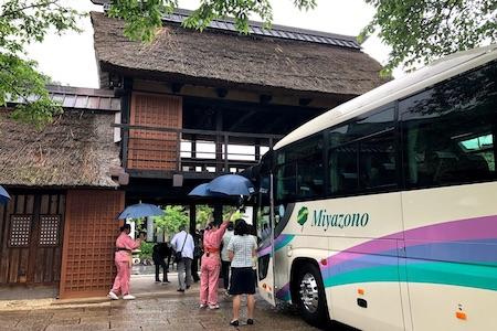観光バス・ハイヤー手配 バリアフリー旅行の東京ナイストラベルで観光、企業視察・研修、空港送迎、シャトルバス、イベント合宿、観光葬祭など観光バスのご利用事例をご紹介いたします。